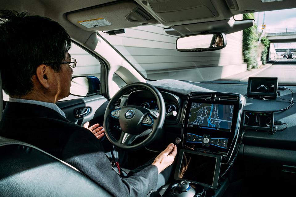 Renovar carné de conducir: ¿Qué opinan los españoles sobre el coche autónomo?
