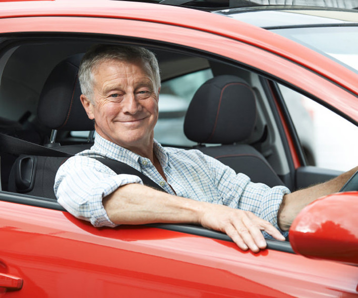 Renovar carné de conducir: El distintivo «M» para conductores mayores, ¿es necesario?